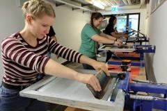 Schüler-im-Druckworkshop-bei-der-Arbeit-5