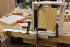 Die-Hocker-aus-einem-Holzwerkstoff-entstehen-in-der-Werkstatt-der-Schreiner.