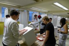 Grundieren-und-vorlackieren-Schüler-der-BFF2-bereiten-die-Hocker-für-die-Gestaltung-vor