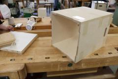 Nach-dem-Entfernen-der-Klebebänder-kann-das-rohe-Holz-für-die-Gestaltung-vorbereitet-werden.