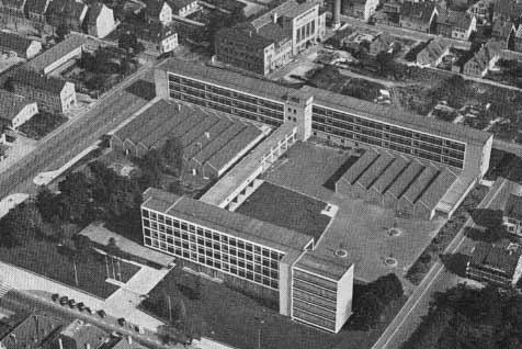 Luftbild 1953 der neuen Gewerbeschule in der Paulinenstraße