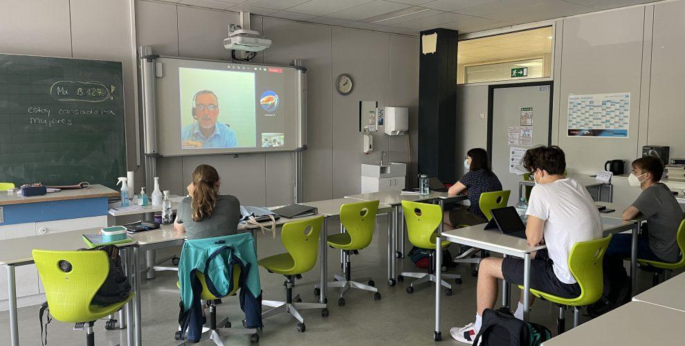 Schüler/innen bei der Studienberatung am technischen Gymnasium